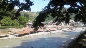 La rivière Bahorok traverse le village...